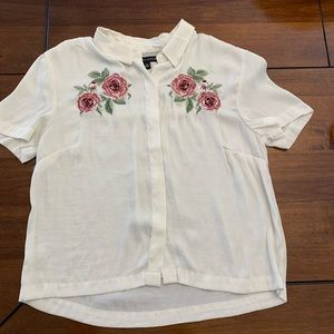 Short sleeved blouse with embroidery